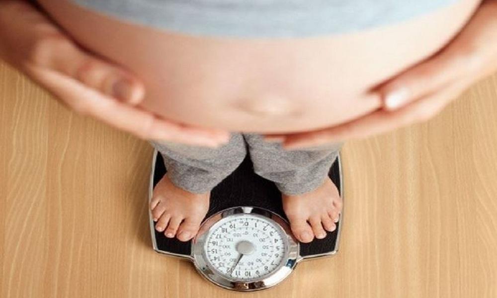 Bởi thời điểm sắp sinh, lượng nước ối trong bụng bầu sẽ giảm xuống để chuẩn bị cho quá trình chào đời của thai nhi.