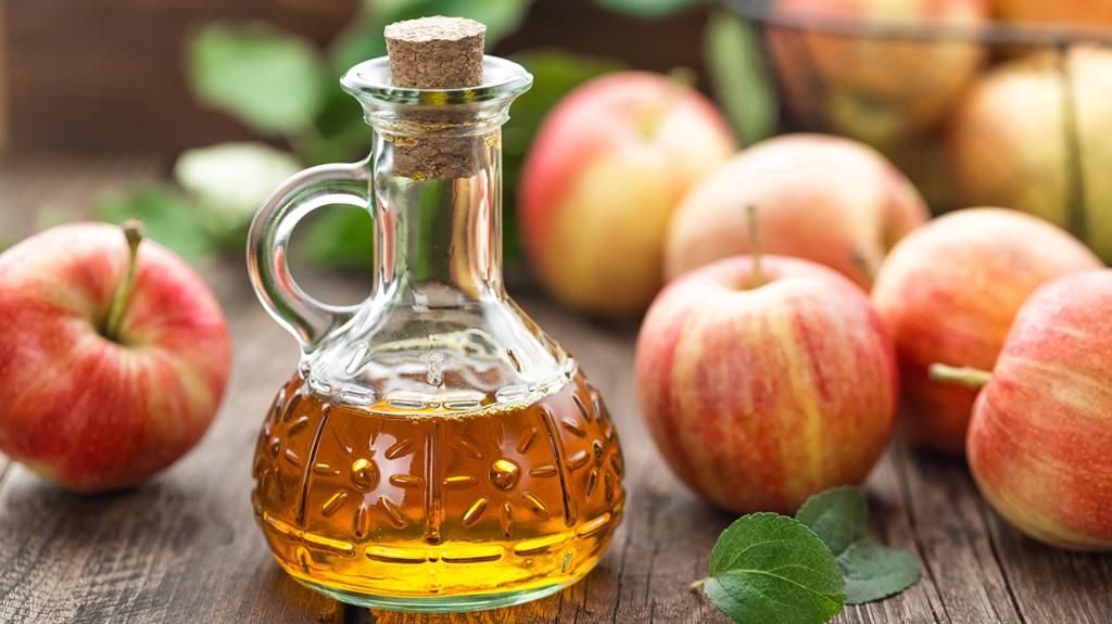 Trong giấm đen hoặc giấm táo có chứa những hoạt chất ngăn ngừa các loại vi khuẩn, vi trùng gây mùi.