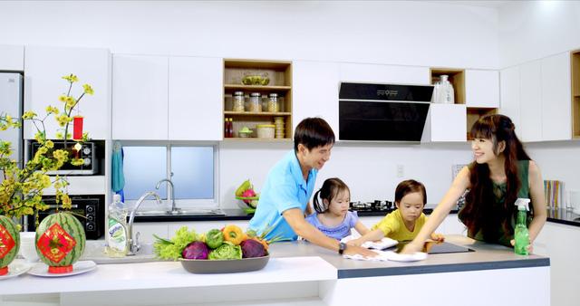 Ngoài ra, việc quay quần bên nhau để gói bánh chưng, bánh tét hoặc làm củ kiệu cũng khiến cho các thành viên trong gia đình xích gần nhau hơn.