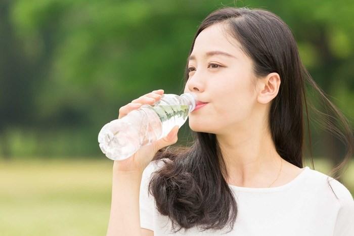 Vì thế khi cơ thể được bổ sung nhiều nước sẽ giúp vùng da ở bụng trở nên săn chắc hơn và giảm chảy xệ.